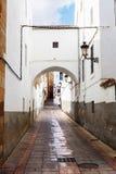 典型的街道在卡塞里斯,埃斯特雷马杜拉,西班牙 免版税库存照片