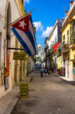 典型的街道在有一个大古巴标志的老哈瓦那 库存照片