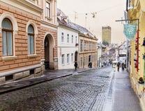 典型的街道在萨格勒布克罗地亚雨天 免版税库存图片