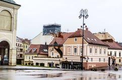 典型的街道在萨格勒布・克罗地亚在一个雨天 免版税库存图片