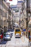 典型的街道视图在有电车的里斯本跟踪-里斯本-葡萄牙- 2017年6月17日 免版税库存图片