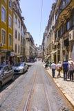 典型的街道视图在有电车的里斯本跟踪-里斯本-葡萄牙- 2017年6月17日 免版税图库摄影