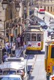 典型的街道视图在有电车的里斯本跟踪-里斯本-葡萄牙- 2017年6月17日 库存图片