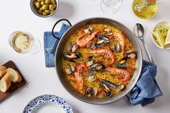 典型的西班牙海鲜肉菜饭 免版税图库摄影