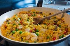 典型的西班牙盘肉菜饭 库存照片