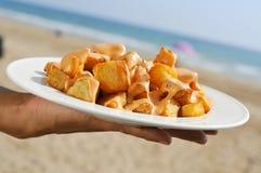 典型的西班牙patatas bravas,油煎的土豆用辣调味汁, 免版税库存图片