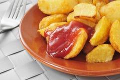 典型的西班牙patatas bravas,油煎的土豆用辣调味汁 库存图片