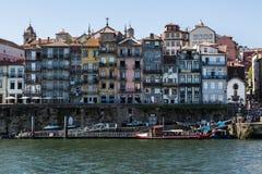 典型的议院五颜六色的门面阴郁的河的河岸的 免版税图库摄影