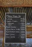 典型的路旁摊位在有在船上书面的今天菜单的印度尼西亚 免版税库存图片