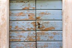 典型的达尔马希亚家的蓝色门 库存图片