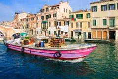 典型的运河和街道场面,威尼斯 免版税库存图片