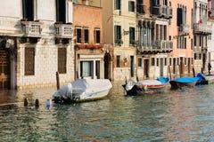 典型的运河和街道场面,威尼斯 免版税图库摄影