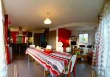 典型的郊区演播室在一个小的房子里 库存照片