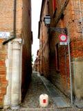 典型的都市风景在费拉拉,意大利,在一个雨天 库存照片