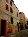 典型的都市风景在费拉拉,意大利,在一个雨天 免版税图库摄影