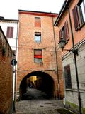 典型的都市风景在费拉拉,意大利,在一个雨天 免版税库存图片