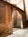 典型的都市风景在费拉拉,意大利,在一个雨天 库存图片