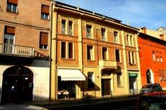 典型的都市风景在费拉拉,意大利 库存照片