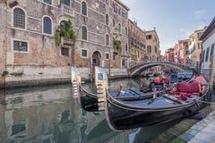 典型的长平底船在一条威尼斯式运河,威尼斯,意大利停放了 免版税库存照片