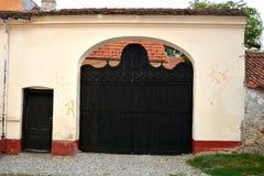 典型的门在村庄沃尔坎火山,特兰西瓦尼亚 免版税库存照片