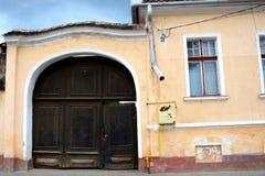 典型的门在村庄沃尔坎火山,特兰西瓦尼亚 库存图片