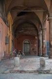 典型的门廊在波隆纳,意大利 免版税库存图片