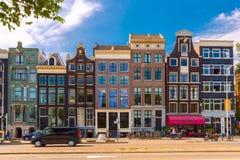 典型的阿姆斯特丹街道,荷兰城市视图有荷兰房子的 库存照片
