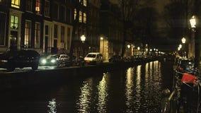 典型的阿姆斯特丹运河和房子沿着堤防在晚上,荷兰 影视素材