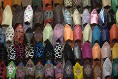 典型的骆驼皮鞋在东部市场上 免版税库存照片