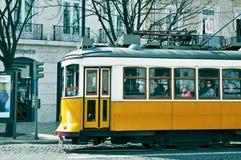 典型的黄色电车在Chiado区在里斯本,葡萄牙 免版税图库摄影