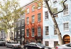 典型的更低的曼哈顿公寓五颜六色的砖门面在纽约 库存照片