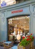 典型的巴黎咖啡馆在巴黎 传统室外法国咖啡馆表在巴黎 库存照片