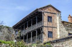 典型的建筑学在海边的散提亚拿,一个著名古镇,西班牙 库存照片