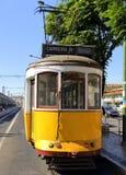 典型的黄色电车在里斯本,葡萄牙 免版税库存图片