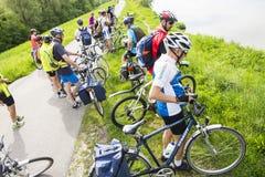 典型自行车骑士荷兰语组的横向 库存图片