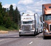经典大船具和现代半卡车有拖车去的边的b 免版税图库摄影