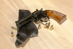 经典左轮手枪和手枪皮套 库存图片