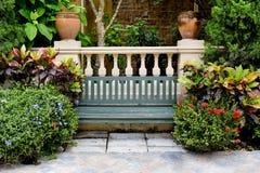 经典庭院长凳 库存图片