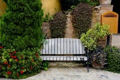经典庭院长凳 免版税图库摄影