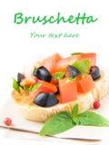 经典意大利开胃菜bruschetta用蕃茄、蓬蒿和blac 库存图片