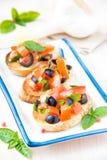 经典意大利开胃菜bruschetta用蕃茄、蓬蒿和blac 库存照片
