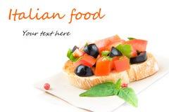 经典意大利开胃菜bruschetta用蕃茄、蓬蒿和blac 图库摄影