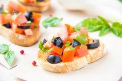经典意大利开胃菜bruschetta用蕃茄、蓬蒿和blac 免版税库存照片