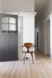 经典木椅子简单的装饰在公寓词条的 免版税库存照片