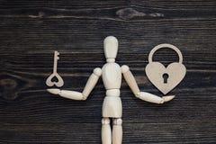 经典木钝汉把握心脏锁和关键 库存图片