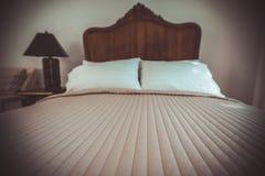经典柚木树木床家具在温暖和舒适卧室, ne 库存照片