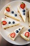 经典柠檬乳酪蛋糕用莓果 免版税库存照片