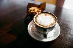 经典样式浓咖啡射击了用芯片松饼和咖啡 免版税库存照片