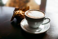 经典样式浓咖啡射击了用芯片松饼和咖啡 免版税库存图片