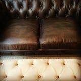 经典棕色皮革沙发 免版税图库摄影